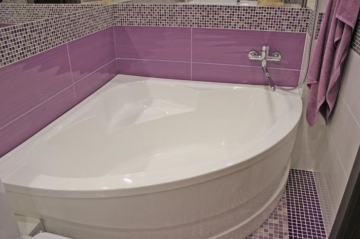 Фиолетовый цвет имеет множество оттенков. Это, преимущественно, природные краски: лаванда, аметист, сирень, слива, черника, фуксия, баклажан и другие. Неповторимые цвета способны создать в ванной комнате особую обстановку и настроение.  Они могут быть теплыми (баклажан, орхидея), холодными (аметист, пурпур, гелиотроп), нейтральными (чертополох, сирень). В первом варианте — преобладание красных цветов, во втором – синих, в третьем их поровну.