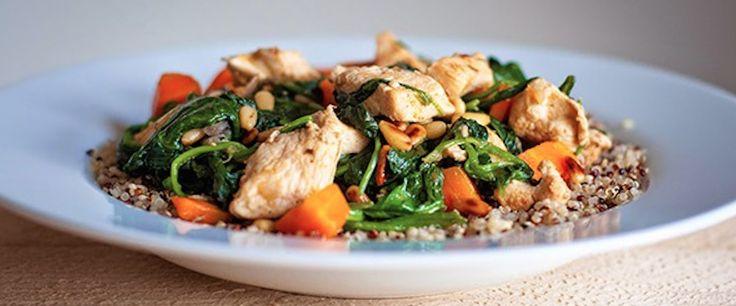 Mocht je even niet weten wat je wilt eten vanavond, denk eens aan Pilav van quinoa, kip en spinazie. Bereid de quinoa volgens de aanwijzingen op de verpakking. Rooster ondertussen de pijnboompitten 3 min. in een koekenpan zonder olie of boter. Laat afkoelen op een bord. Snipper een ui en snijd de winterpeen in plakjes. Verhit