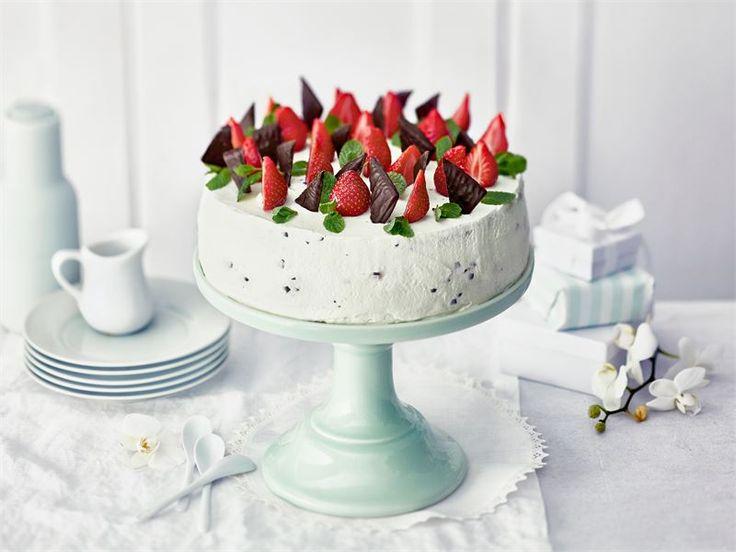 Juhlien helpoin ja makein kahvipöydän kuningatar on minttu-suklaarahkalla täytetty mansikkakakku. Tätä herkkua on vaikea vastustaa.