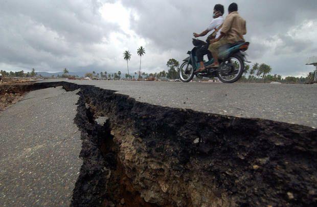 Uma estrada em Banda Aceh completamente esventrada pelo sismo - 2. Sumatra, Indonésia - 26 de dezembro de 2004 Nunca será esquecido também o sismo que na manhã a seguir ao Natal de 2004 causou um maremoto devastador que roubou a vida a 220 mil pessoas, na Indonésia e 14 países vizinhos. Mas as vítimas são de muitas mais nacionalidades, porque cerca de três mil eram turistas. O sismo atingiu 9,2 de magnitude e é um dos mais mortais desastres naturais de sempre da hHstória.   Ler mais…