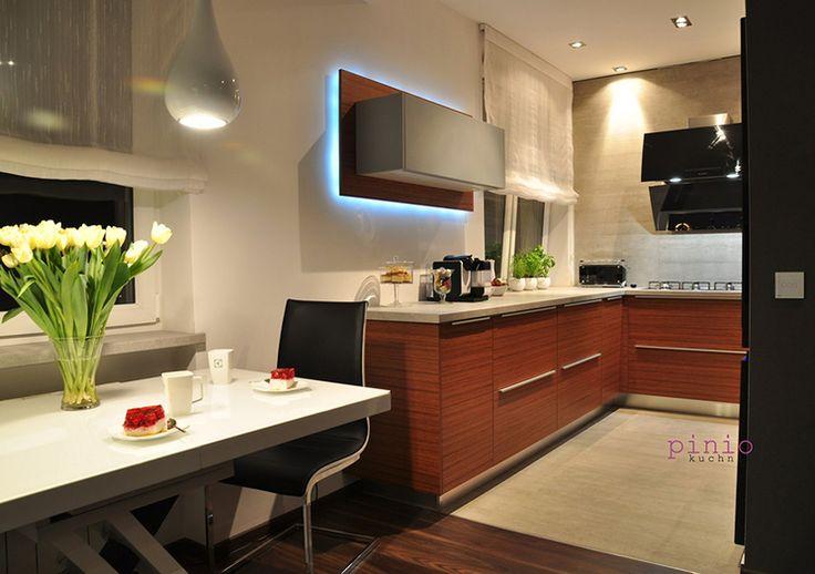 Studio Pinio Tychy STÓŁ W KUCHNI - Nowoczesne połączenie elegancji z klasyką. Więcej na https://www.maxkuchnie.pl/galeria/kuchnia-w-domu/studio-pinio-tychy-stol-w-kuchni-104,145.html