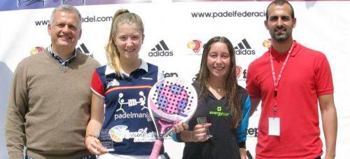 Cristina Torrecillas, sujetando una raqueta de pádel, muestra su trofeo