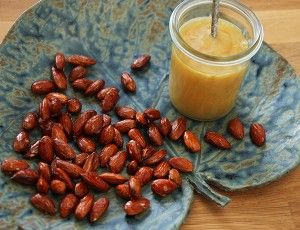 Honning ristede mandler er en sund og lækker snack, som er hurtig at tilberede. Du kan spise dem som de er, men du kan også drysse dem henover yoghurt eller skyr. Selvom honningristede mandler er sunde, så indeholder de ret mange kalorier. Ligesom med almindelige nødder, så spis dem i små mængder.  Opskrift på honning ...