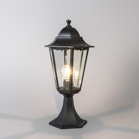 Buitenlamp New Orleans zwart sokkel - Klassiek en tijdloze buitenlantaarn. goed geschikt voor het verlichten van de tuinpaden, maar misstaat natuurlijk ook niet als sfeerverlichting. De lamp is uitgevoerd in zwart gelakt aluminium.