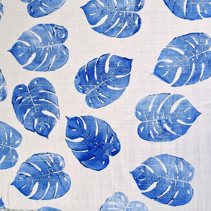 Et puis j'ai eu une autre idée. Et pourquoi pas des feuilles de philodendron bleues, mais d'un bleu indigo soutenu ? Avec le fond blanc du tissu ça fonctionnera c'est sûr. Eh bien je trouve que ça marche plutôt bien.  Et vous ? #indigo
