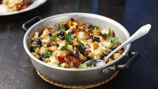 Sätt ugnen på grill. Fräs zucchini och aubergine tillsammans med vitlöken i rikligt med olivolja i 4-5 minuter, salta och peppra. Blanda i paprika, kronärtskockor och oliver. Lägg upp allt i en form, lägg på små bitar av mozzarellan. Sätt in i ugnen 6-7 minuter till osten har fin färg.