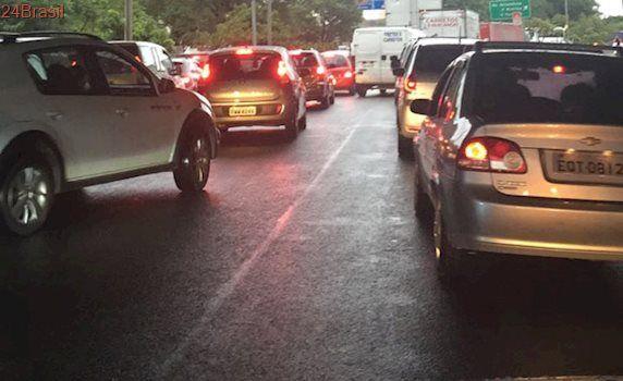 Sexta-feira de caos em São Paulo: Madrugada de chuva causa alagamentos e trava trânsito em SP