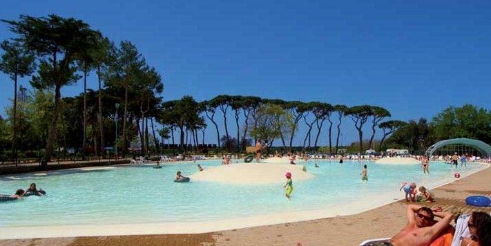Immerso in una  pineta di 12 ettari, Park Albatros è un grande  resort con parco acquatico: 3 piscine per bambini con scivoli, una piscina olimpica e una zona idromassaggio. All'interno del resort ci sono anche due ristoranti, il bar e il supermercato.  Percorrendo 15 minuti a piedi ci sono belli