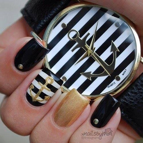Negro con decoración en pedrería color dorado.... glitter dorado... uña rayada negro con blanco y ancla con barniz dorado...
