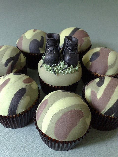 Camo Cupcakes....do I see this in Amos' future for a birthday?? @Becky Hansen