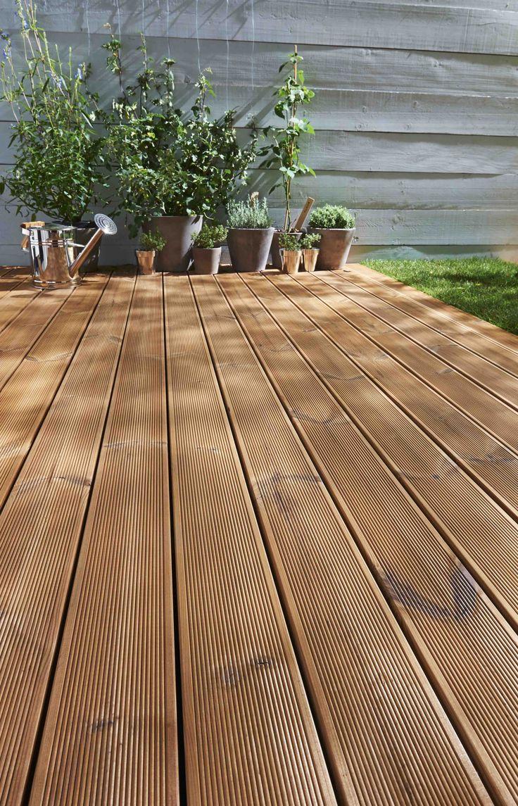 Inspiration terrasse et extérieurs : durables, ces lames de terrasse en Epicéa THT PEFC classe III, résistent aux champignons, insectes et sont imputrécibles, pour un sol de terrasse durable et esthétique