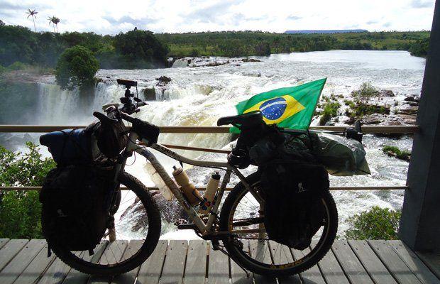 """Um casal de cicloativistas vai percorrer os biomas e capitais pelo país pedalando uma bicicleta capaz de gerar energia para recarregar seus aparelhos tecnológicos. O """"Projeto Brasil em Ciclos"""" consiste na maior cicloexpedição nacional já realizada e tem como objetivo montar um banco de dados online e gratuito sobre a qualidade das águas dos rios brasileiros."""