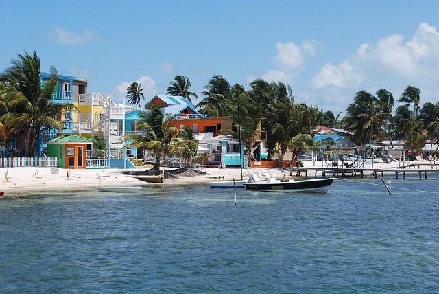 Caye Caulker, Belize - Cayo Corker (también conocida en castellano como Cayo Hicaco o Cayo Caulker (en inglés:Caye Caulker) es una pequeña isla coralina ubicada en el mar Caribe que pertenece políticamente a Belice en Centroamérica.