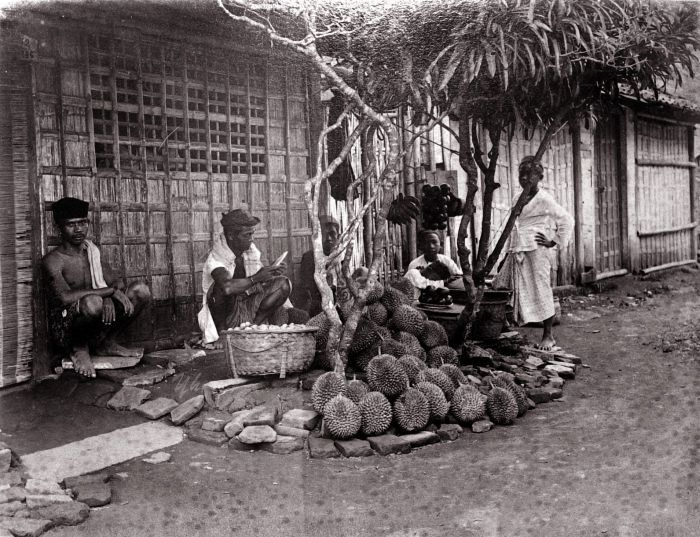 Durianverkopers te Jakarta. Unknown date. Indonesië, Nederlands-Indië