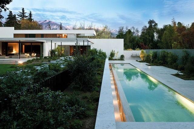 Bauhaus Architektur-modernes haus-garten mit Pool-rechteckig-Beleuchtung