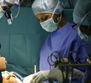 Pour+la+première+fois,+un+patient+est+opéré+d'une+tumeur+cérébrale+muni+de+lunettes+3D