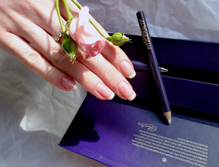 Christina Fitzgerald Whitening Nail Highlighter   Sharpener swatches/  Отбеливающий карандаш для ногтей Кристина Фитцжеральд отзыв