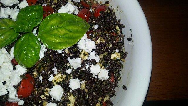 Riso venere con pesto, pomodorini e feta. - IL GREMBIULE INFARINATO -  Black rice with basil pesto, cherry tomatoes and feta