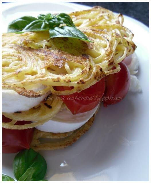 Millefoglie salata di spaghetti con caprese  http://coolchicstyleconfidential.blogspot.it/2010/07/millefoglie-salata-di-spaghetti-con.html