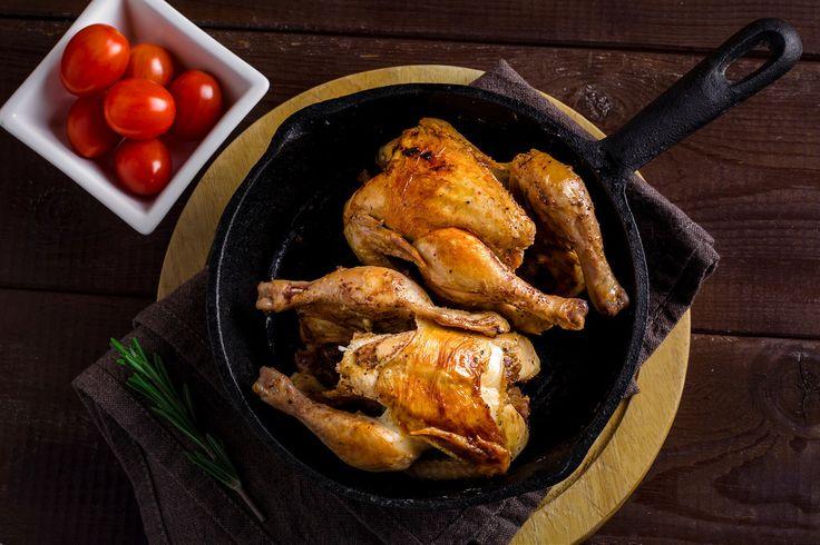 pollos asados enteros en sartén de hierro espero les haya gustado esta foto, si desea ver más sígueme aquí