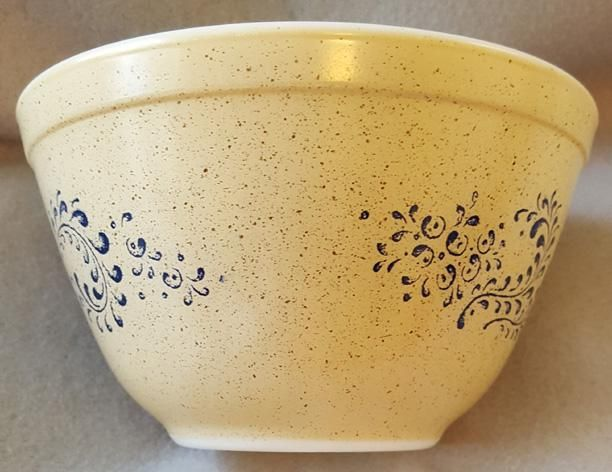 Vintage Pyrex Homestead #401 nesting bowl speckled tan and blue in mint condition. Made between 1976 and 1980, smallest of the nesting set appears