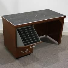 Afbeeldingsresultaat voor vintage metalen bureau