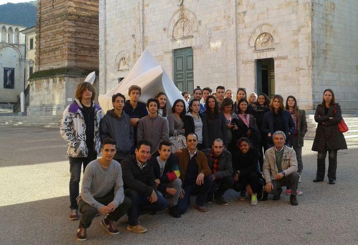 """13.11.13 - Visita alle mostre in Sant'Agostino: la cl. 3C con lo scultore Gustavo Velez. Liceo artistico """"Stagio Stagi"""" Pietrasanta (LU)."""