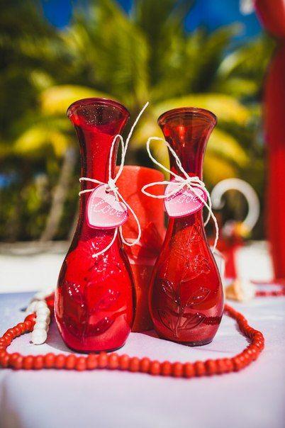 Свадьба в Доминикане (Weddings in the Dominican Republic); Декорированные красные вазы с песком (Red vase decorated with sand)