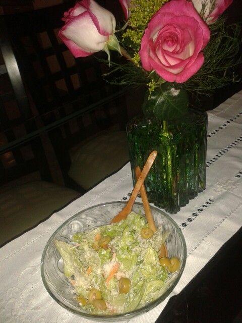 Ensalada de Lechuga con palitos de zanahoria aceitunas con Jamon Serrano aderezo alcesar y parmesano