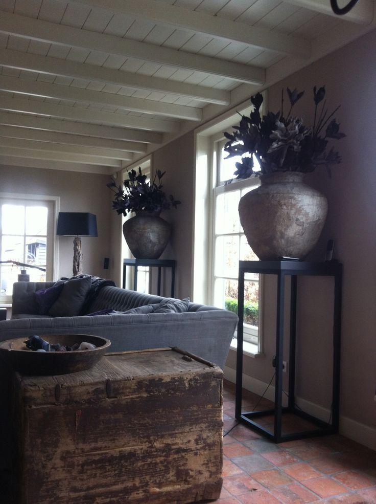 Open 'sokkels' met prachtige potten en planten - Interior made by mart. Interieurstyling