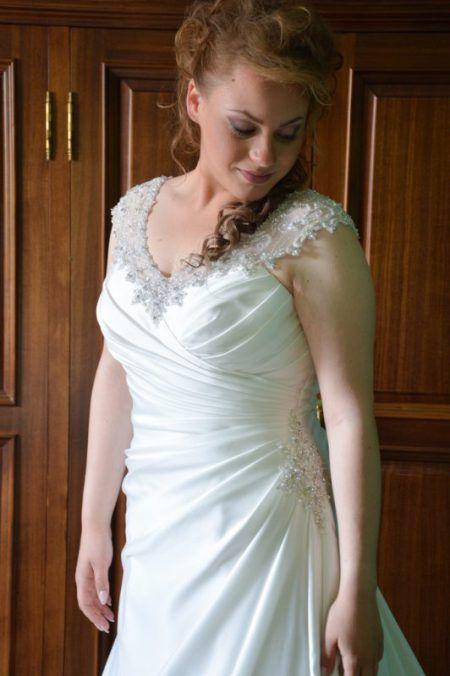Luminosa Alessandra nel suo abito  da sposa. www.monentisposi.it  #weddingdress