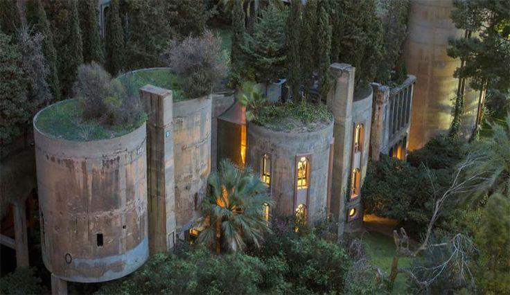 Das könnte wohl eines der größten Upcycling-Projekte aller Zeiten sein. Der Architekt Ricardo Bofil hat in der Nähe Barcelonas eine alte Zementfabrik aufge