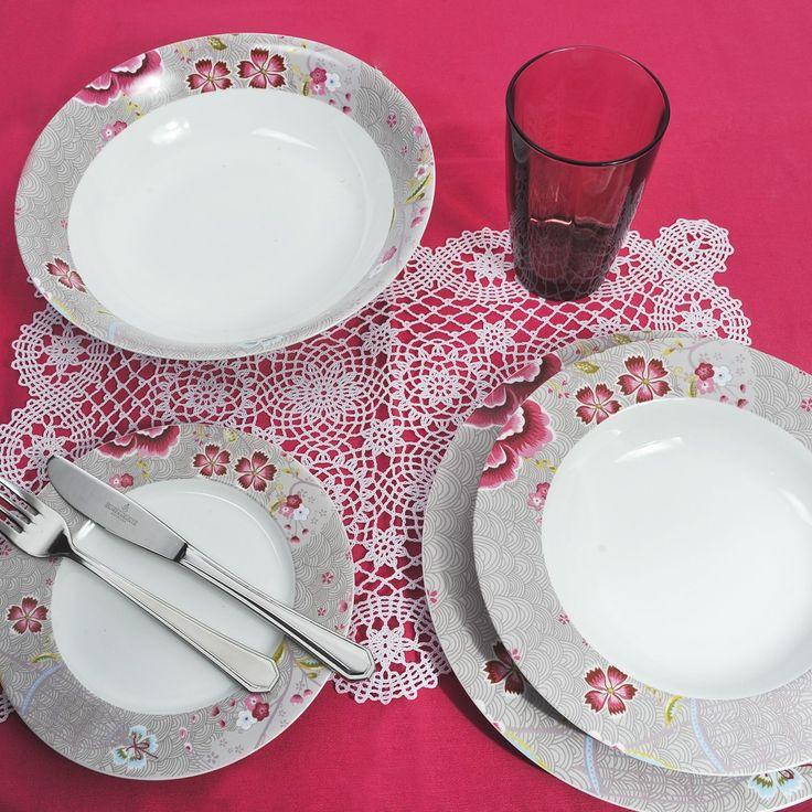 Διαχρονικό και κομψό υψηλής ποιότητας και αισθητικής, ιδανικό για κάθε τραπέζι. Σε froral σχέδια για να γίνει ακόμα πιο εκλεπτυσμένο και γοητευτικό. Το σετ αποτελείται από 6 ρηχά πιάτα, 6 βαθιά, 6 φρούτου, 1 πιατέλα και 1 σαλατιέρα και 6 πιρούνια και 6 μαχαίρια Inox 18/10 του οίκου Picard & Wielputz. Όλα πλένονται στο πλυντήριο πιάτων.