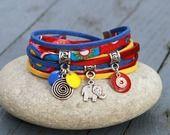 Bracelet 2 tours cordon tissu soie et suedine MASSAI rouge bleu jaune argenté : Bracelet par lillicrapote