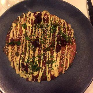 Drie weken geleden at ik bij Le Garage dit heerlijke voorgerecht. Een tonijn pizza. Wat ik nog meer allemaal gegeten heb en wat ik ervan vond lees je nu op mijn blog. Link in de bio! #review #restaurant #foodie #food #legarage #foodenso
