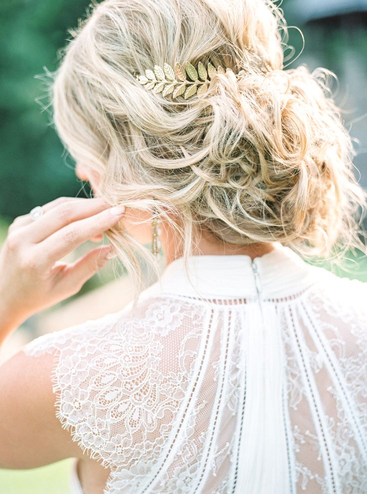 messy updo bridal hairstyle | Photography: Holeigh V Photography