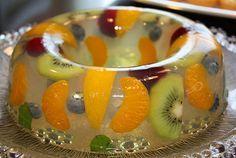 La gelatina es uno de los antojitos favoritos de los niños. Pensando en ello, te enseñamos a preparar esta deliciosa gelatina con frutas, uno de los postres para niños fáciles.