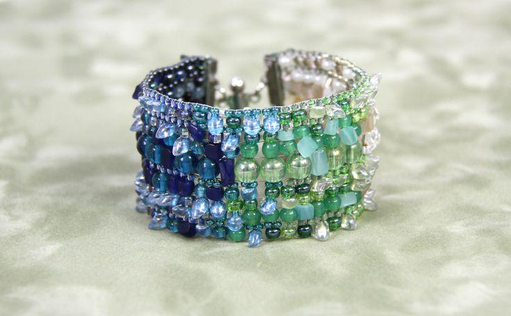 Ce projet ajoute de la fantaisie dans la rigidité du métier à tisser. Alternez différentes tailles de perles et composez un dégradé de couleurs. #MétieràTisser #Tissage #Bijou #Bijoux #Creation #Perle #Bille #Beads #Jewelry #Jewel #Bracelet #BeadLoom #Handmade #Craft #DIY #Create #Workshop Cliquez pour voir les dates d'atelier disponible!