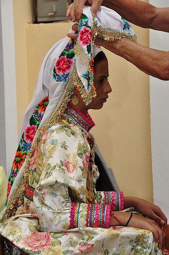 Δένοντας το μαντήλι - Η γιαγιά σκουφώνει την εγγονή / 15 αύγουστο στην Όλυμπο Καρπάθου / Tying the scarf - Grandmother dressing granddaughter / 15 august in Karpathos Olympus 2010 © giotse [Album https://www.flickr.com/photos/giotse/sets/72157620057978396]