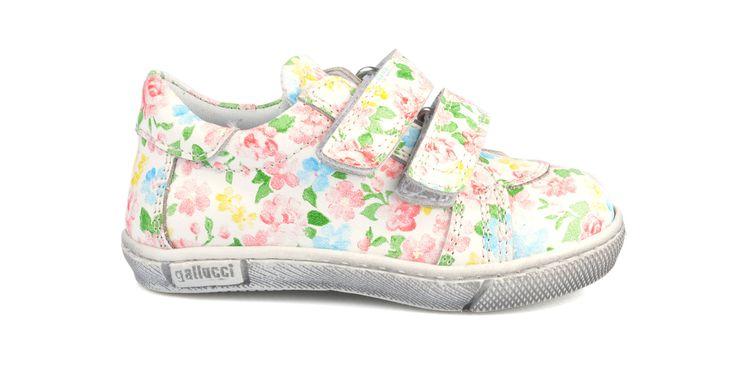 380/Fiori Sneakers in pelle con fantasia fiori, suola in gomma. #galluccishoes #kids #shoes #sneakers #flowers #babygirl #SS16