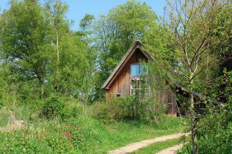 Aan een landweg tussen bos en het dorp Bergen, midden tussen de weilanden, ligt het recent gebouwde Houten Huis De Schone Leij. Het ligt op het terrein van de eigenaren, maar door de grote van het perceel is de privacy van het huis gewaarborgd. #origineelovernachten #reizen #origineel #overnachten #slapen #vakantie #opreis #accomodatie #travel #uniek #bijzonder #camping #slapen #hotel #bedandbreakfast #bos