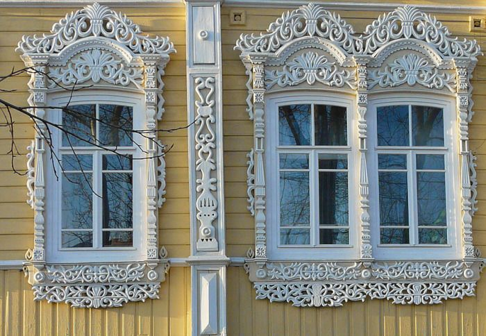 Intricate carving on the window frames.  In Russia today, and preserved many houses, impressive wooden patterns on the window frames. It is a delicate art passed down from master to master, and still rare house with carved aprons leave anyone indifferent.