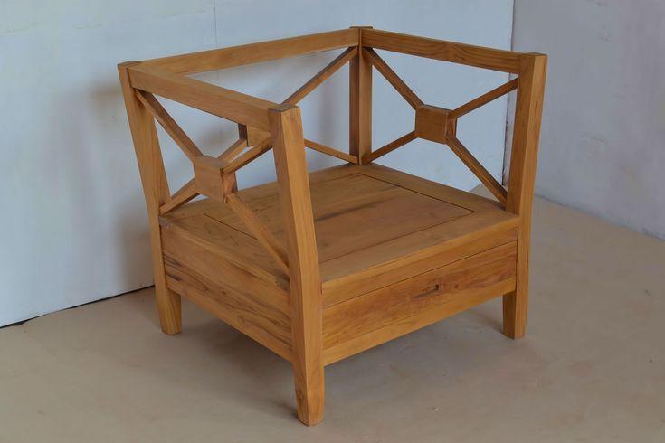 Kursi tamu minimalis kayu jati dengan sandaran silang berbentuk huruf X. Cushin dudukan dan sandaran termasuk