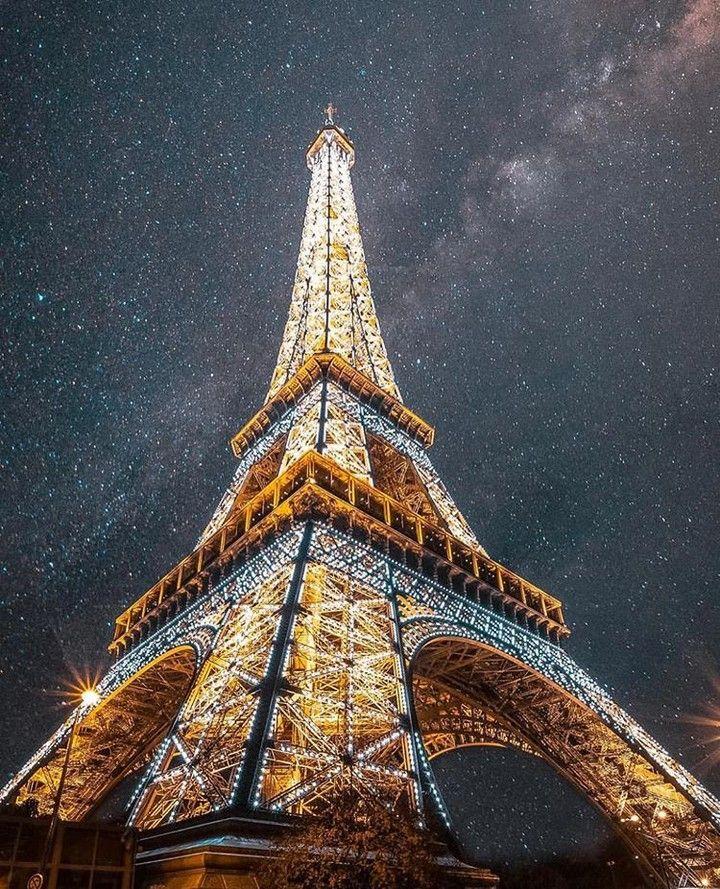 Eiffel Tower - Paris. . Credits to @saaggo . Descubra os melhores destinos de férias no ebook gratuito que pode descarregar através do link na nossa bio @blogmundodeviagens . #paris #parisagreement #parisian #parís #paris6 #parish #parisbynight #parisienne #parisien #parisphoto #parisfashionweek #paris #parismaville #pariscartepostale #amazingplaces #eiffeltower #wonderfulplaces