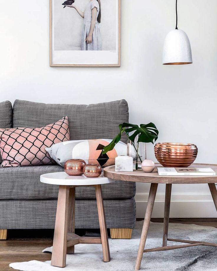 Vale aliar cores neutras a elementos acobreados para renovar com tudo o visual da sala de estar. Almofadas e um sofá aconchegante garantem o conforto.  Produtos similares: - Pendente Redondo Pantoja Bivolt 1 Lâmpada Branco; - Sofá 3 Lugares Oscar Suede Cinza; - Mesa Lateral Redonda Alta Tóquio Branca e Mel.  #moblybr #mobly #lar #tendenciadecoração #home #inspiration #decor #decoration #homedecor #casa #decoracao #inspiracao #homedecoration #casanova #instahome #metalizados #homestyle…