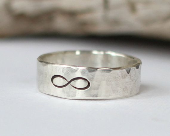 Infinity anello argento 925 martellato Band di EagleRowe su Etsy