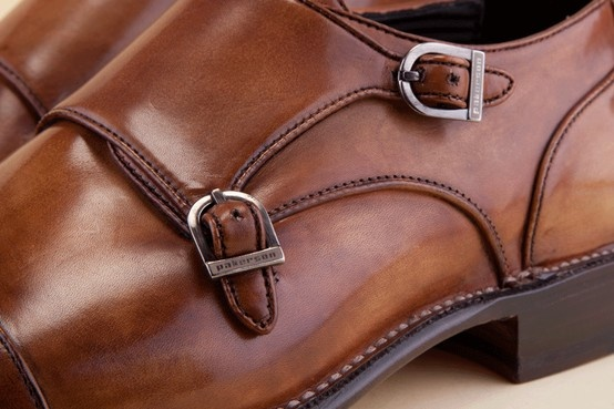 Man's shoe with egant stitching, finely-shaped toe cap, and paired enameled brass buckles. - Scarpa da uomo con eleganti cuciture, puntina e doppia fibbia in ottone smaltato. http://store.pakerson.it/man-buckle-shoes-33005-wood.html