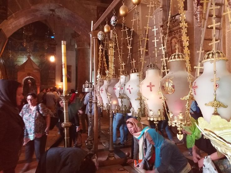 La intrare in Biserica Mormantul Sfant