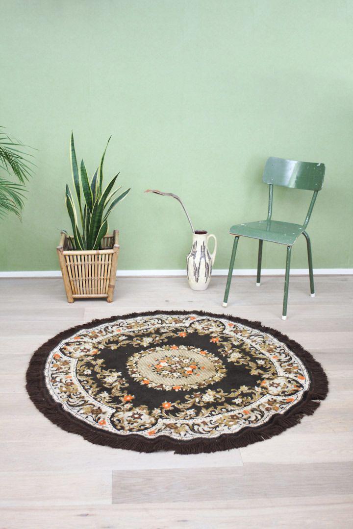 Donkerbruin rond vintage vloerkleed met een diameter van 135 cm (inclusief 5 cm franjes). Gemaakt van wol en zacht aan de voeten. Dankzij de grootte een...