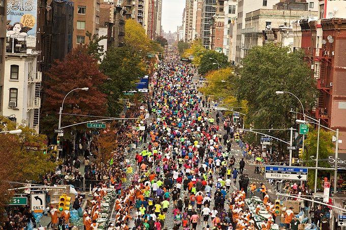 New York is de meest populaire. Met meer dan 40.000 deelnemers, is het de grootste marathon in deelnemers in de wereld en is het enorm gegroeid sinds de start in 1970 in Central Park. Het vertrekpunt bij de Verrazano brug werd een van de symbolen van de stad. De route loopt door alle wijken van de stad: van het bekende Brooklyn naar Queens, van de Bronx naar het rijke Manhattan tot het bruisende Harlem. Weet u een betere manier om the Big Apple te ervaren?
